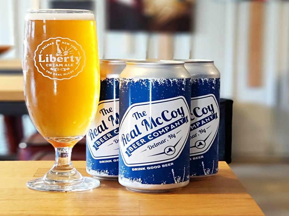 Microbrasserie verre de bière et canettes de bière The Real McCoy Beer Co. Delmar New York États-Unis Ulocal produit local achat local