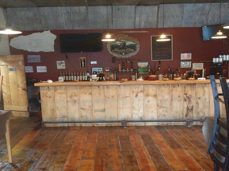 Microbrasserie salle de dégustation Stump City Brewing Gloversville New York États-Unis Ulocal produit local achat local