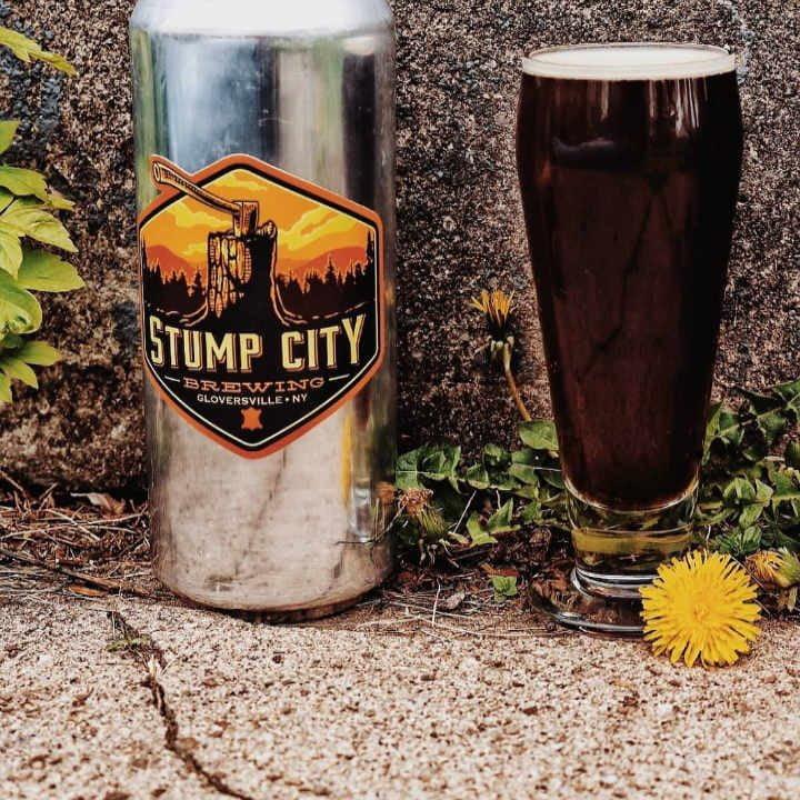 Microbrasserie verre et canette de bière Stump City Brewing Gloversville New York États-Unis Ulocal produit local achat local