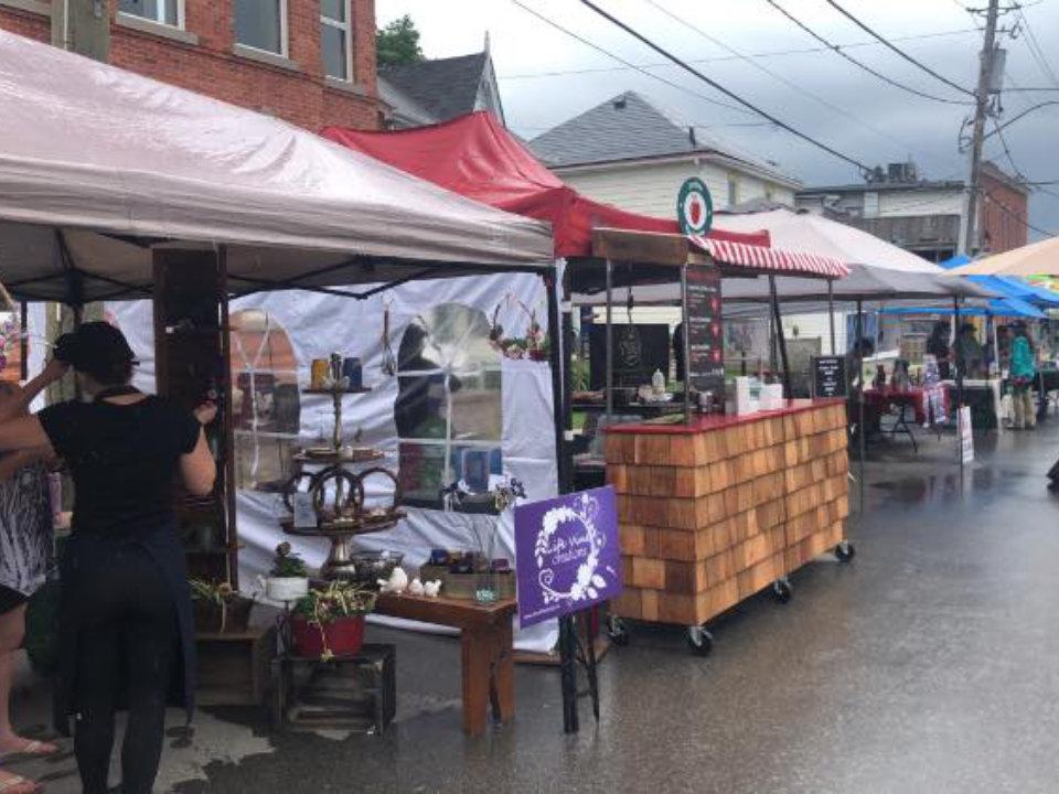 marché public kiosques extérieurs d'artisans avec clients pendant une journée nuageuse acton farmers market halton hills ontario canada ulocal produits locaux achat local produits du terroir locavore touriste