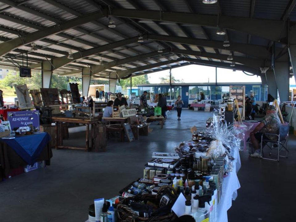 marché public plusieurs kiosques sous le toit avec clients et employés argyle farmers market arnstein ontario canada ulocal produits locaux achat local produits du terroir locavore touriste