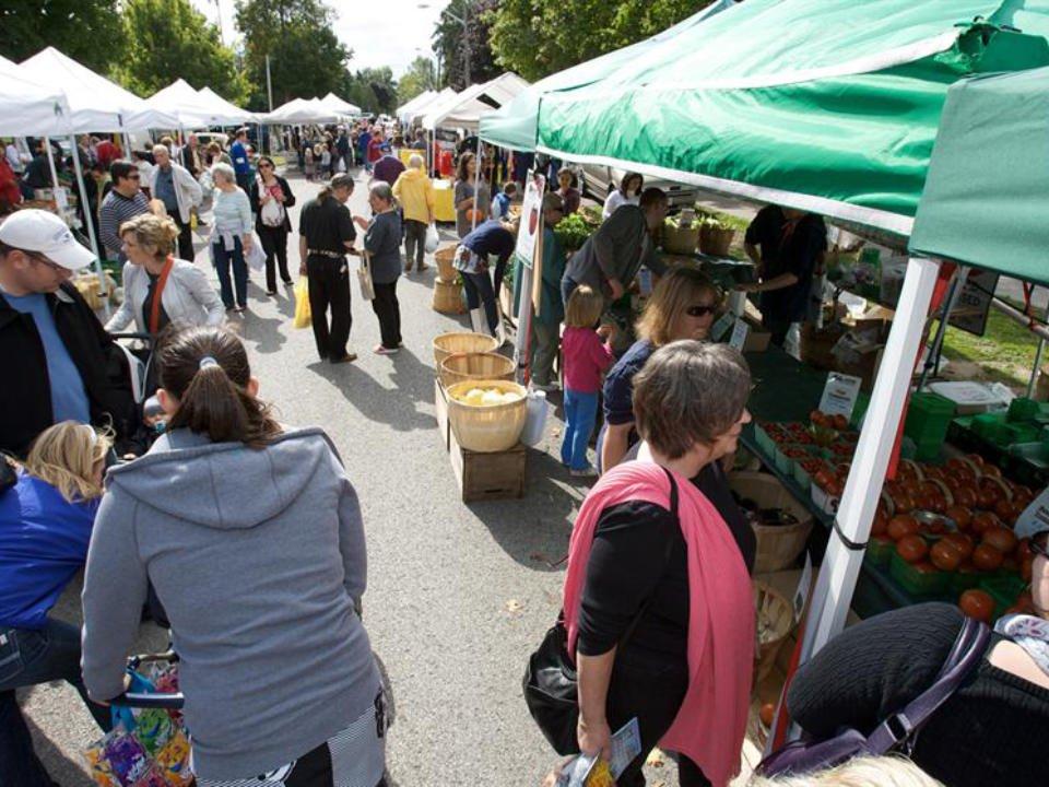 marché public plusieurs kiosques extérieurs avec beaucoup de gens sur le site aurora farmers market aurora ontario canada ulocal produits locaux achat local produits du terroir locavore touriste