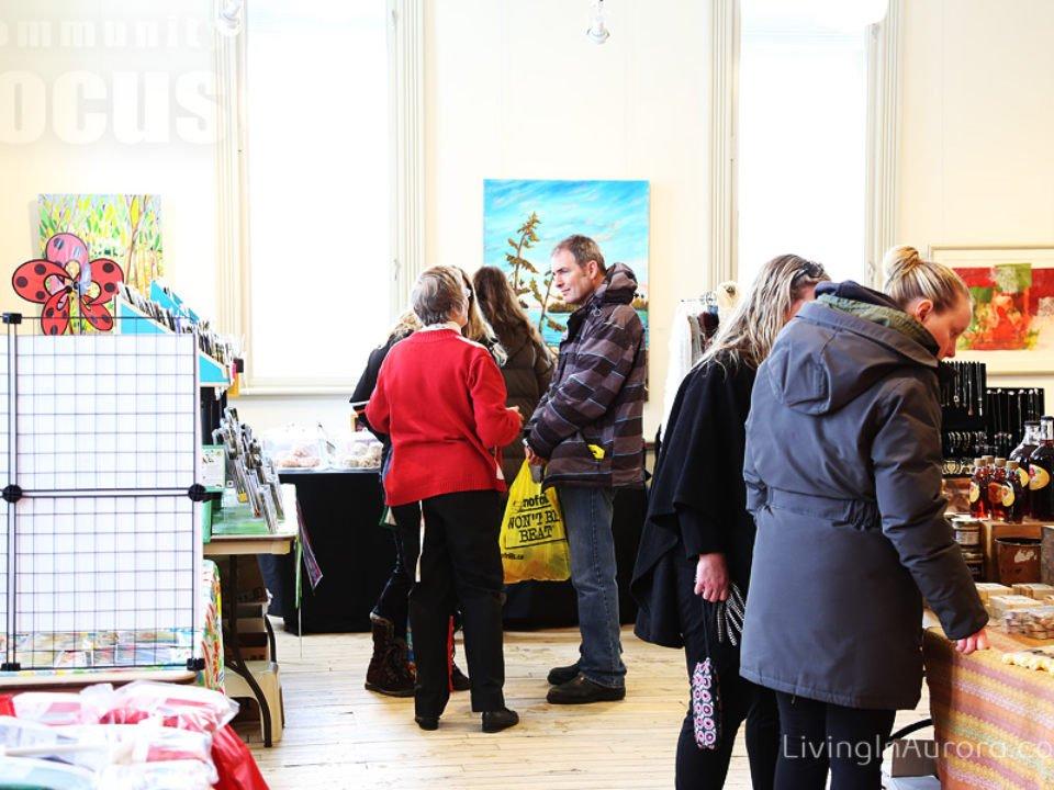 marché public kiosques intérieurs d'artisans locaux et gens sur place aurora farmers market aurora ontario canada ulocal produits locaux achat local produits du terroir locavore touriste
