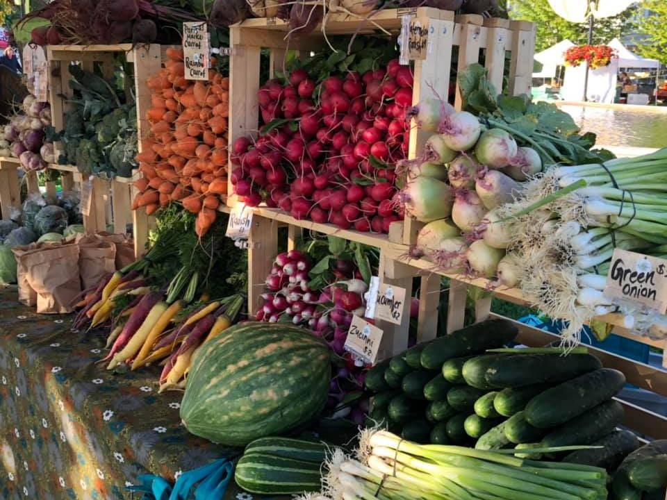 marché public kiosque extérieur de fruits et légumes cobourg farmers market cobourg ontario canada ulocal produits locaux achat local produits du terroir locavore touriste