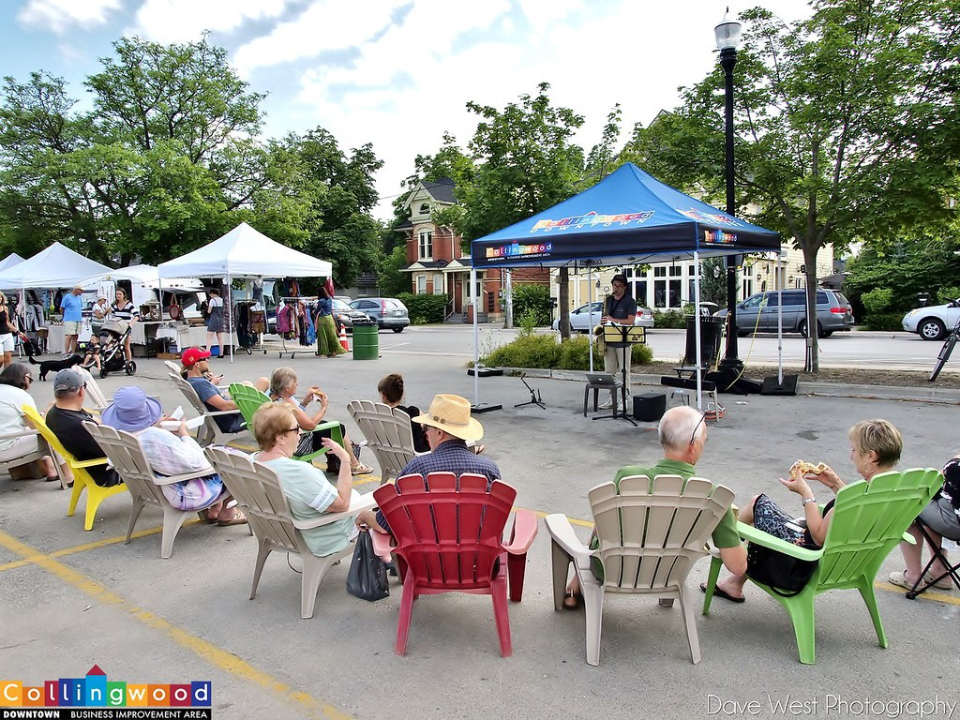 public markets people sitting together to listen to live music with the kiosks in the background collingwood downtown farmers market collingwood ontario canada ulocal local products local purchase local produce locavore tourist