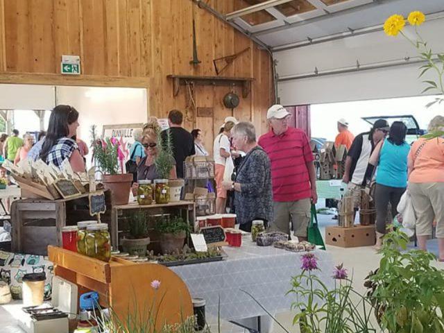 marché public kiosques intérieurs avec clients sur le site dunnville farmers market dunnville ontario canada ulocal produits locaux achat local produits du terroir locavore touriste