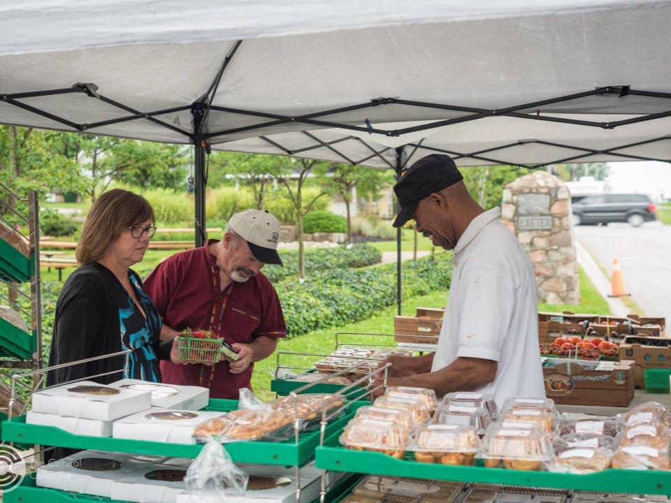 marché public kiosque extérieur de produits cuisinés maison avec des clients exeter farmers market exeter ontario canada ulocal produits locaux achat local produits du terroir locavore touriste