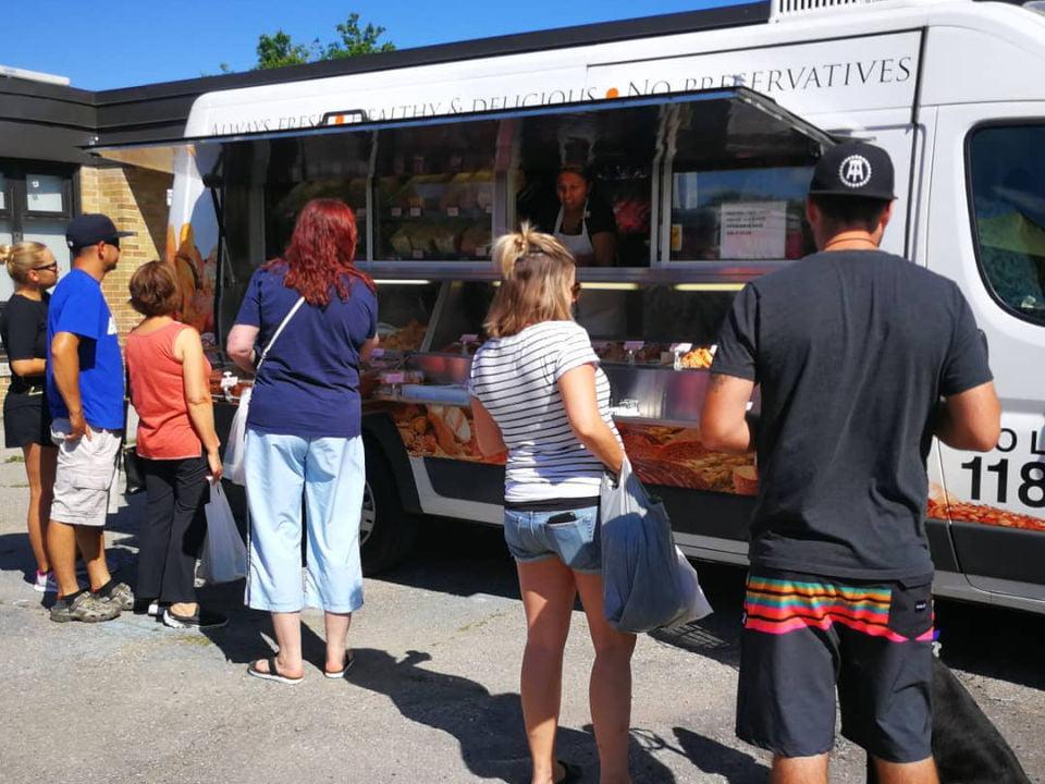marché public tout le monde aime bread on wheels gens qui viennent chercher un bon pain frais georgina farmers market sutton ontario canada ulocal produits locaux achat local produits du terroir locavore touriste