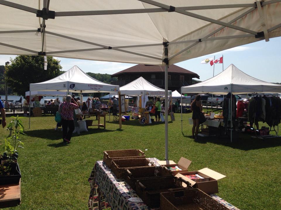 marché public kiosques extérieurs avec des gens sur le site gore bay farmers market gore bay ontario canada ulocal produits locaux achat local produits du terroir locavore touriste
