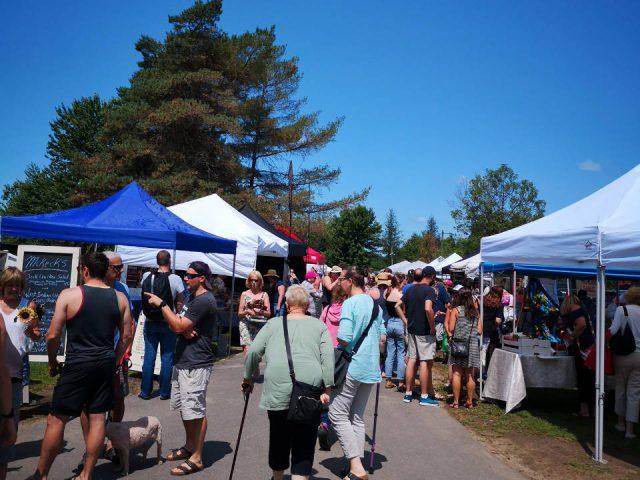 marché public un bel après-midi au marché dans le parc de Head Lake haliburton county farmers market haliburton ontario canada ulocal produits locaux achat local produits du terroir locavore touriste