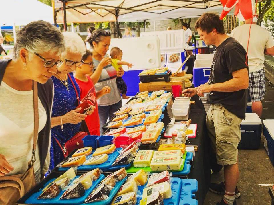 marché public kiosque de fromages avec clients hespeler village market cambridge ontario canada ulocal produits locaux achat local produits du terroir locavore touriste