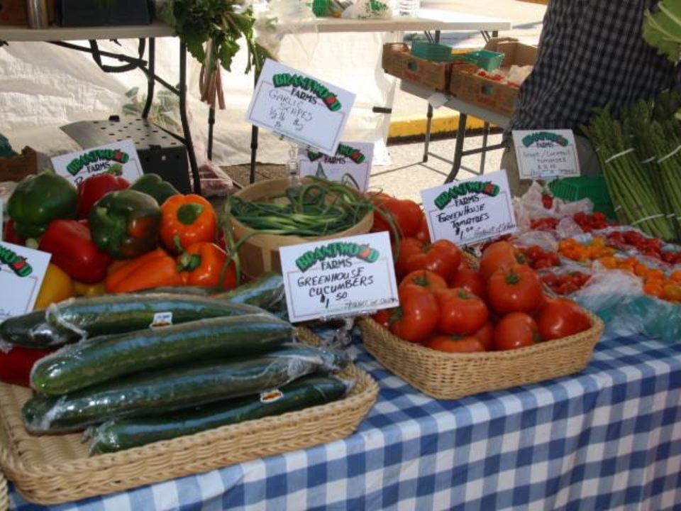 marché public kiosque extérieur de fruits et légumes frais hespeler village market cambridge ontario canada ulocal produits locaux achat local produits du terroir locavore touriste