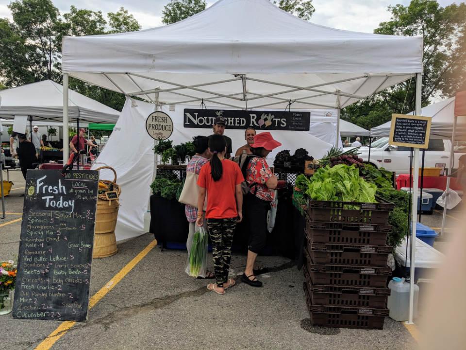marché public kiosque extérieur de fruits et légumes humber bay shores farmers market etobicoke ontario canada ulocal produits locaux achat local produits du terroir locavore touriste