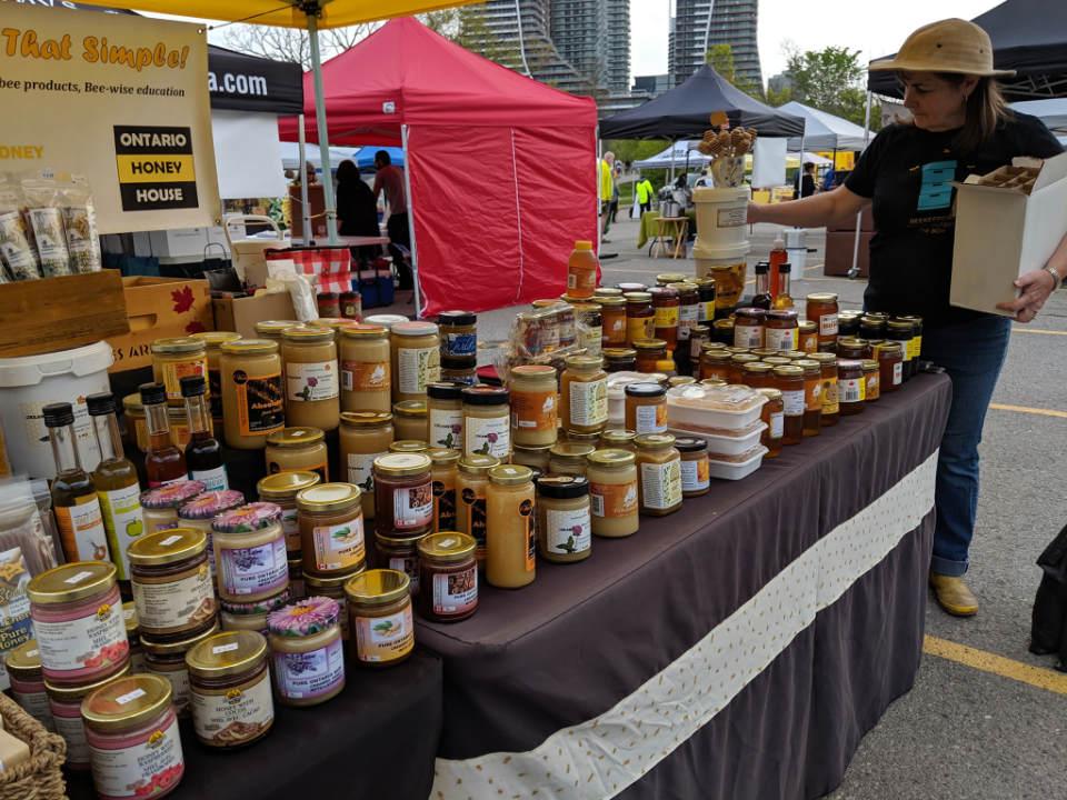marché public kiosque de produits de miel humber bay shores farmers market etobicoke ontario canada ulocal produits locaux achat local produits du terroir locavore touriste