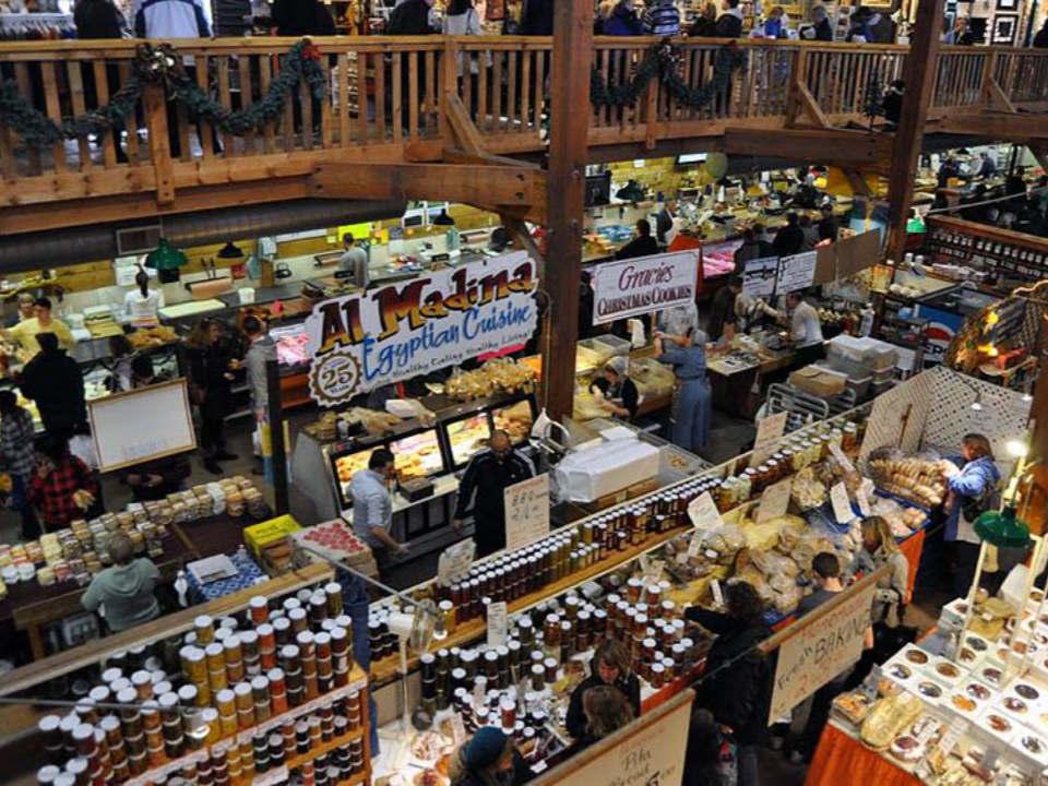 marché public très grand marché intérieur avec gens à l'intérieur kitchener farmers market kitchener ontario canada ulocal produits locaux achat local produits du terroir locavore touriste