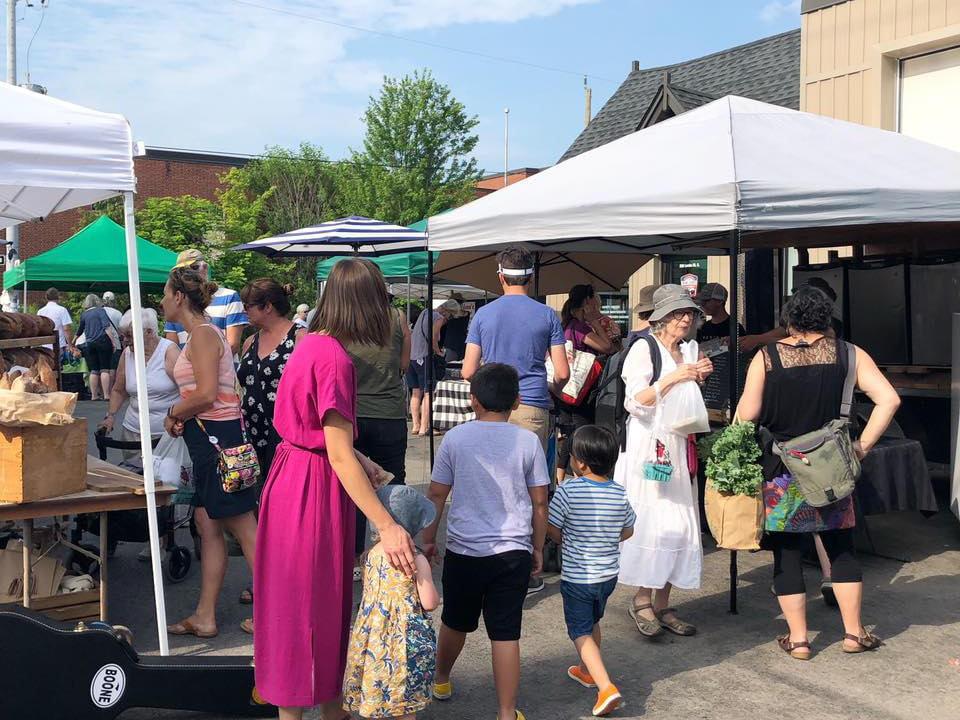 marché public kiosques extérieurs avec gens sur le site locke street farmers market hamilton ontario canada ulocal produits locaux achat local produits du terroir locavore touriste
