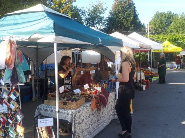 marché public kiosques extérieurs avec gens sur le site main farmers market ottawa ontario ontario canada ulocal produits locaux achat local produits du terroir locavore touriste