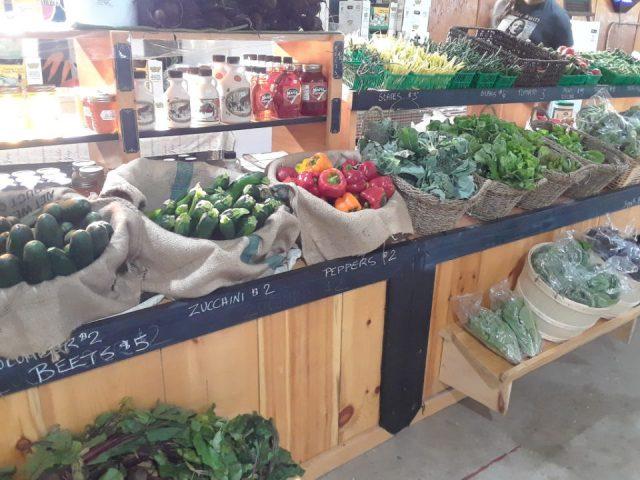 marché public kiosque de fruits et légumes frais mill market farmers market sault ste marie ontario ontario canada ulocal produits locaux achat local produits du terroir locavore touriste