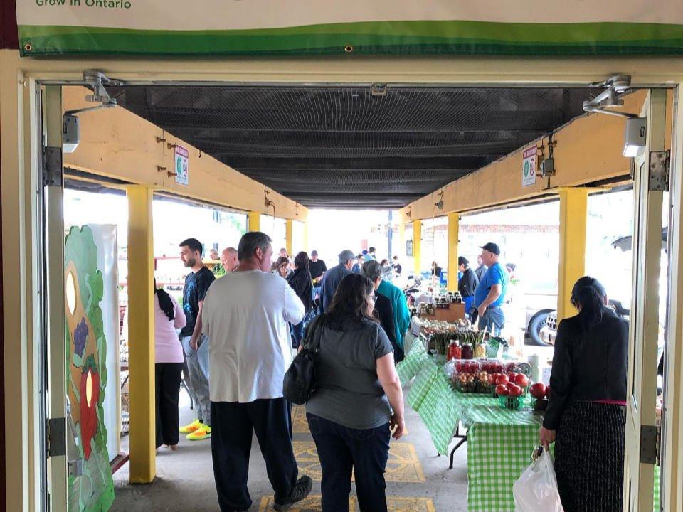 marché public marché extérieur couvert avec gens aux kiosques niagara falls farmers market niagara falls ontario ontario canada ulocal produits locaux achat local produits du terroir locavore touriste