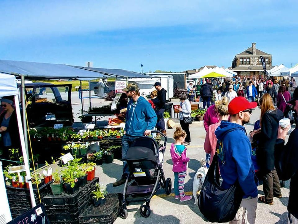 marché public marché extérieurs avec clients aux kiosques durant une journée ensoleillée north bay farmers market north bay ontario canada ulocal produits locaux achat local produits du terroir locavore touriste
