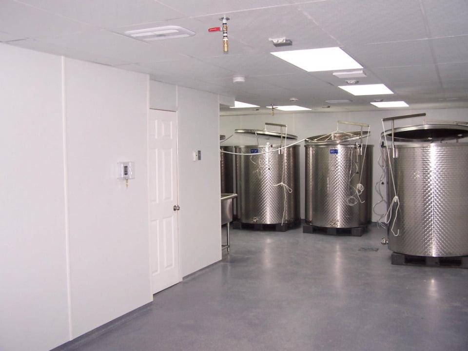 vignoble production de vin avec barils modernes en acier inoxidable pour la fabrication du vin domaine de la vallée du bras omerto baie-saint-paul quebec canada ulocal produits locaux achat local produits du terroir locavore touriste