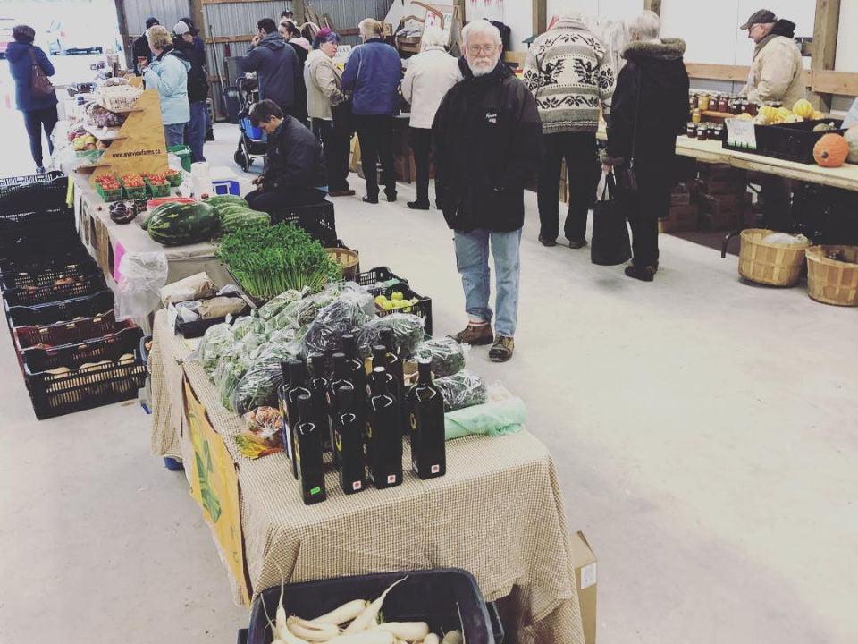 marché public marché intérieur avec clients dans la grange orillia fairgrounds farmers market severn ontario canada ulocal produits locaux achat local produits du terroir locavore touriste