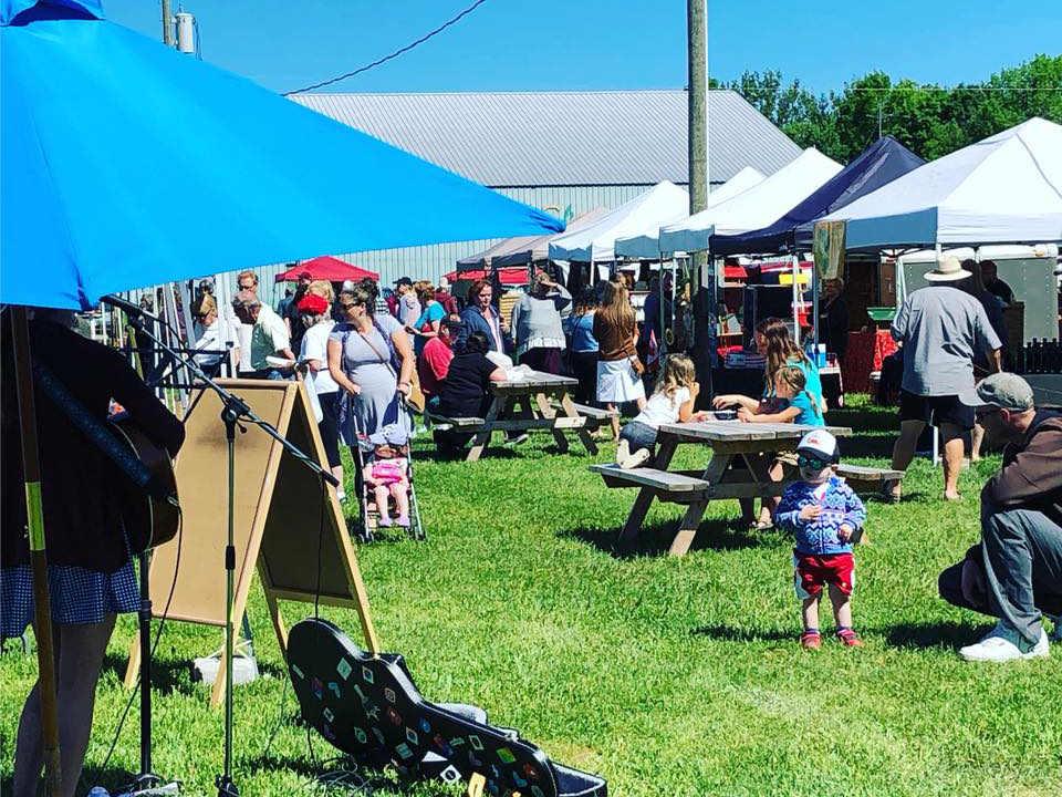 marché public belle journée au marché avec musique live orillia fairgrounds farmers market severn ontario canada ulocal produits locaux achat local produits du terroir locavore touriste