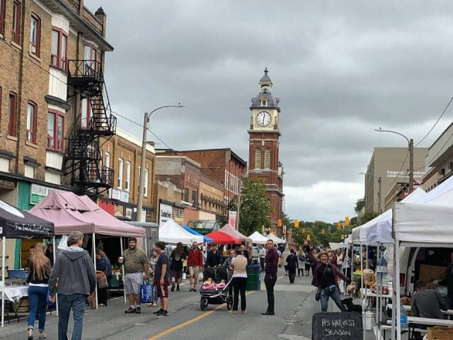 marché public marché extérieur dans la rue avec clients sur le site avec un ciel nuageux peterborough downtown farmers market peterborough ontario canada ulocal produits locaux achat local produits du terroir locavore touriste