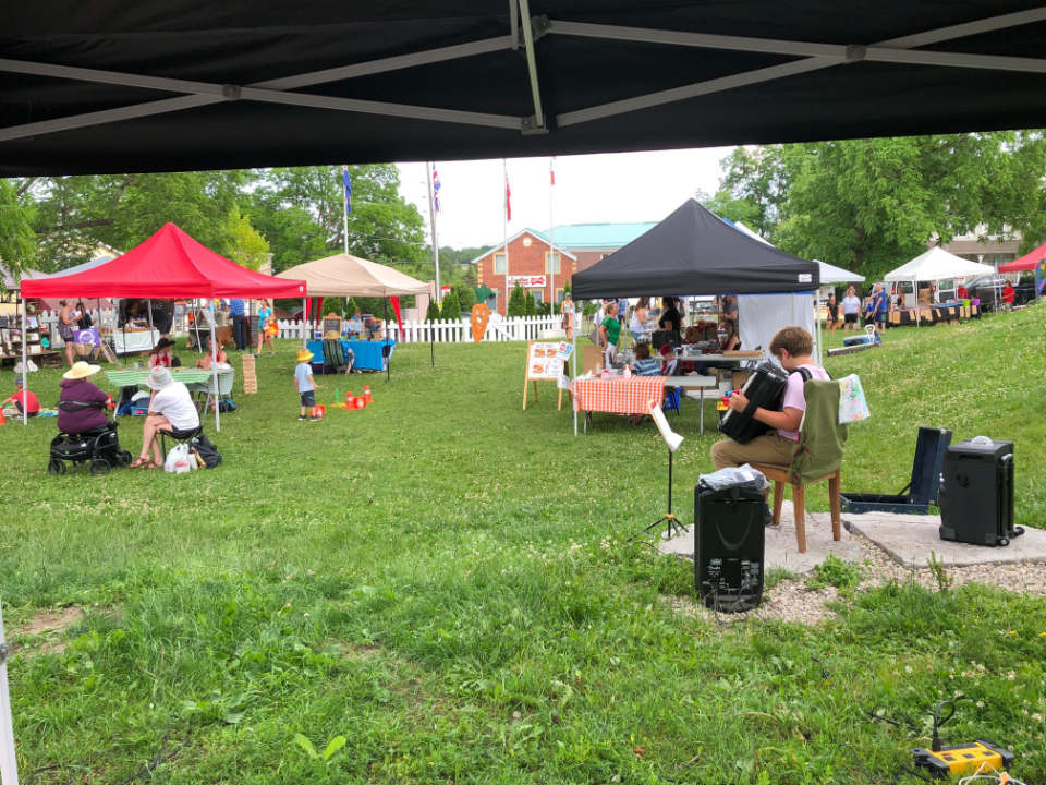 public markets sunny day at the market listening to live music of boris sapojnikov with accordion the rockwood farmers market rockwood ontario canada ulocal local products local purchase local produce locavore tourist