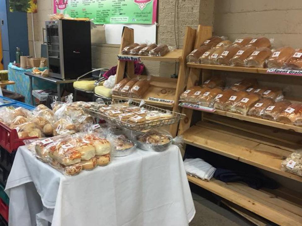 marché public kiosque de pain frais pâtisseries et desserts de maya's village bakery sarnia farmers market sarnia ontario canada ulocal produits locaux achat local produits du terroir locavore touriste