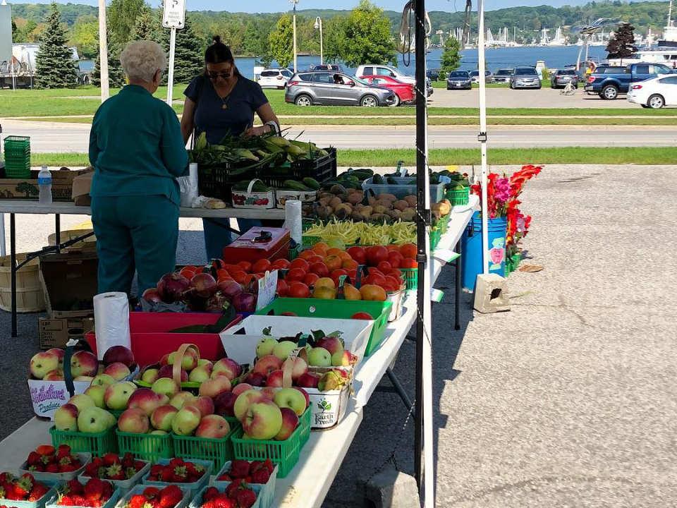 marché public kiosque extérieur de fruits et légumes frais southern georgian bay farmers markets Victoria harbour tay ontario canada ulocal produits locaux achat local produits du terroir locavore touriste