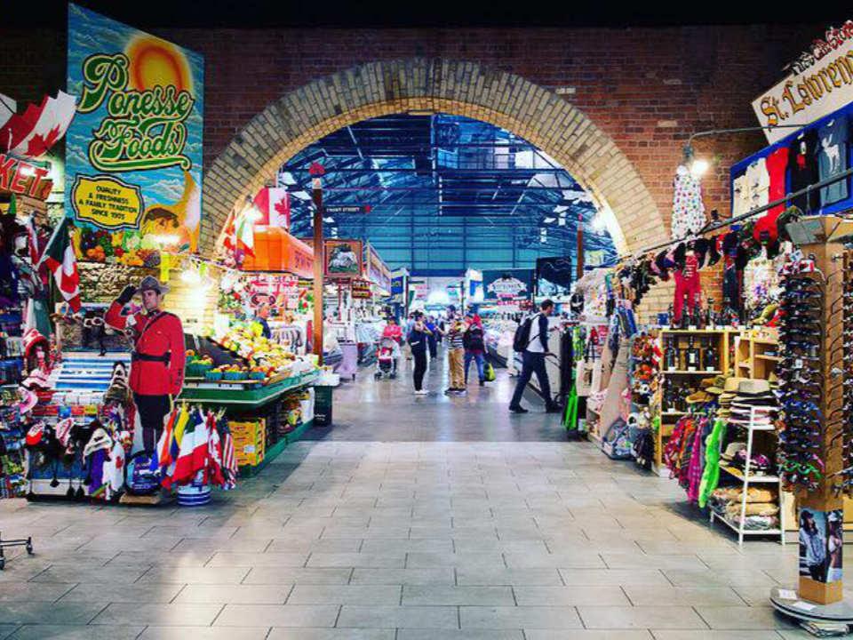 marché public marché intérieur avec boutiques et arche en brique brune st lawrence farmers market toronto ontario canada ulocal produits locaux achat local produits du terroir locavore touriste