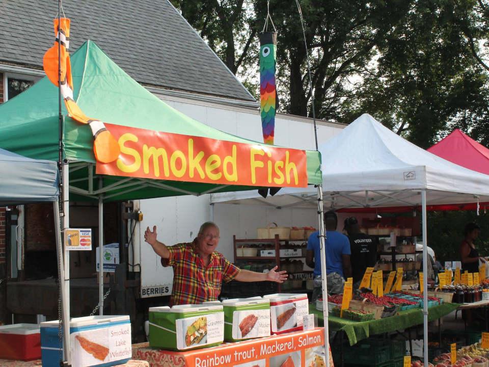 marché public un homme heureux à son kiosque de poisson fumé stonegate farmers market etobicoke ontario canada ulocal produits locaux achat local produits du terroir locavore touriste