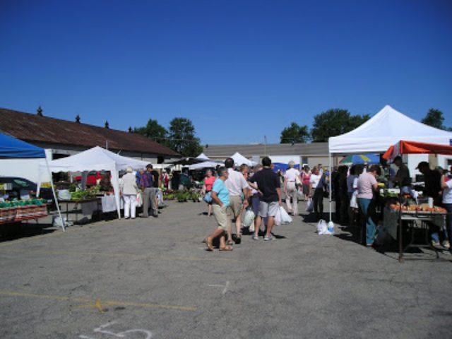 marché public belle journée ensoleillée au marché avec visiteurs sur le site stratford farmers market stratford ontario canada ulocal produits locaux achat local produits du terroir locavore touriste