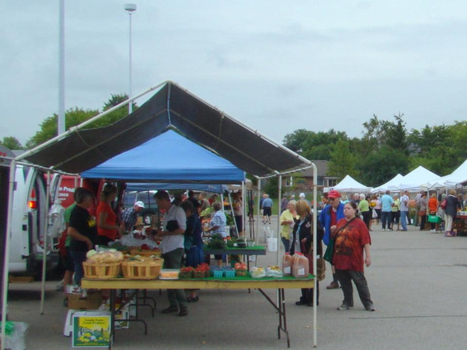 marché public matinée nuageuse au marché avec visiteurs sur le site stratford farmers market stratford ontario canada ulocal produits locaux achat local produits du terroir locavore touriste