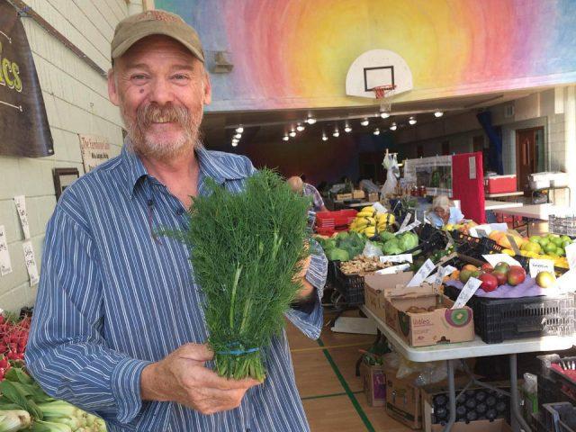 marché public homme heureux de présenter ses légumes biologiques village market thornhill ontario canada ulocal produits locaux achat local produits du terroir locavore touriste