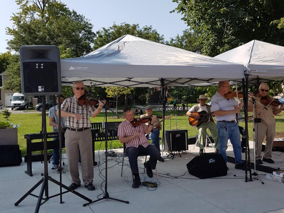 marché public musique live au marché avec 4 violonnistes 2 guitaristes et 1 au clavier welland farmers market welland ontario canada ulocal produits locaux achat local produits du terroir locavore touriste