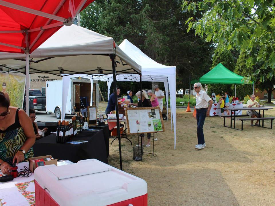 marché public belle journée au marché avec clients sur le site wingham farmers market wingham ontario canada ulocal produits locaux achat local produits du terroir locavore touriste
