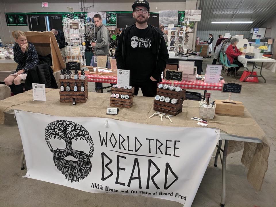 marché public kiosque de produits pour la barbe avec employé qui attend les clients woodstock farmers market woodstock ontario canada ulocal produits locaux achat local produits du terroir locavore touriste