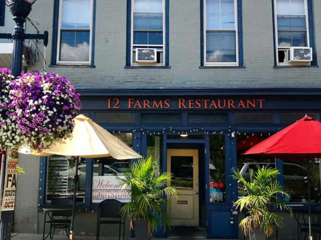 restaurant façade extérieure du restaurant bleue avec petite terrasse et parasol jaune et rouge 12 farms restaurant hightstown new jersey united states ulocal produits locaux achat local produits du terroir locavore touriste