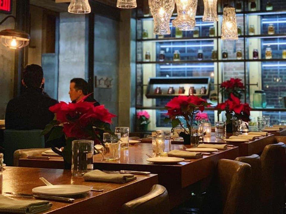 restaurant intérieur restaurant chaleureux avec couverts montés au bar et clients aux tables agricola eatery princeton new jersey états unis ulocal produits locaux achat local produits du terroir locavore touriste