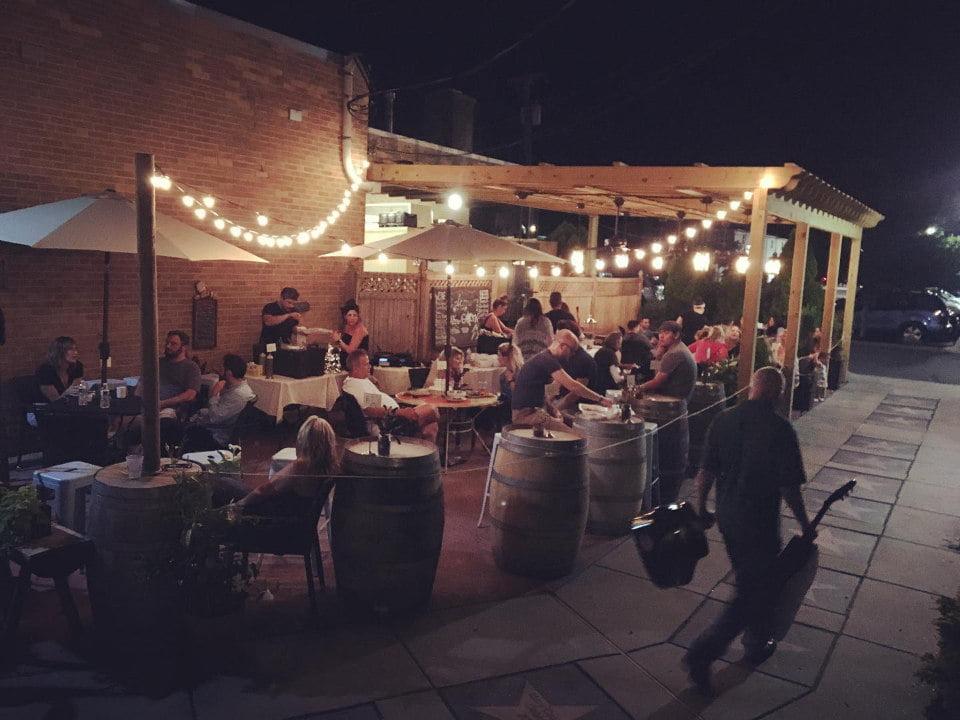 restaurant jardin viticole officiellement ouvert clients sur la terrasse en soirée pour le dîner et les cocktails annata wine bar hammonton new jersey états unis ulocal produits locaux achat local produits du terroir locavore touriste