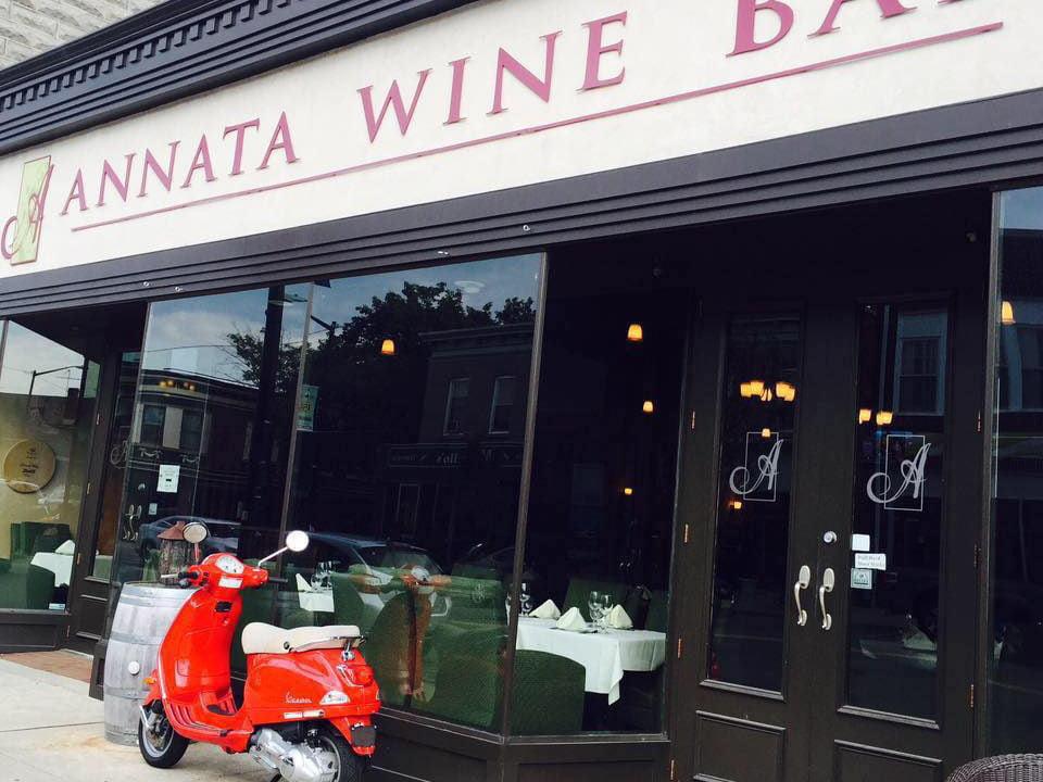 restaurant façade du restaurant avec grandes fenêtres et scooter rouge devant annata wine bar hammonton new jersey états unis ulocal produits locaux achat local produits du terroir locavore touriste
