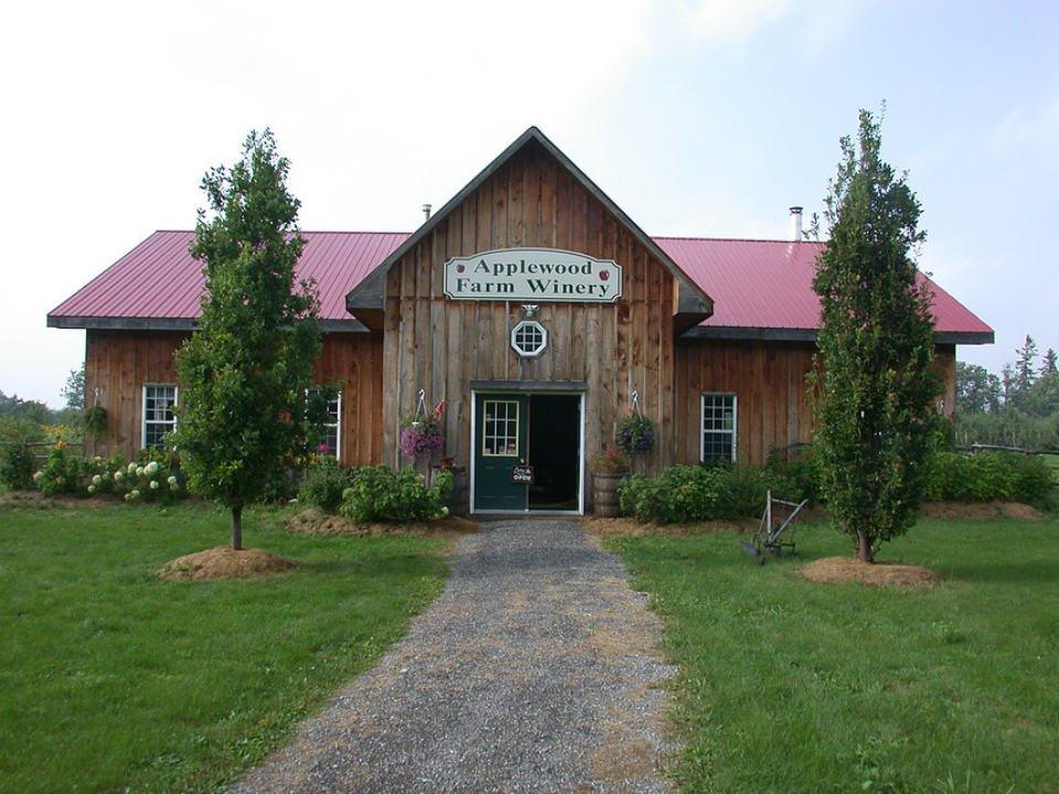 vignoble vieille bâtisse rustique avec enseigne sur le devant applewood winery warwick new york états unis ulocal produits locaux achat local produits du terroir locavore touriste