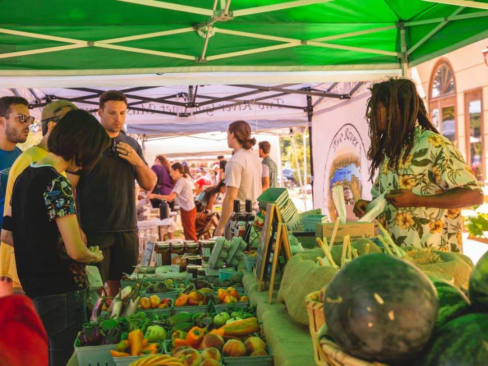 marché public kiosque de fruits et légumes avec clients asbury fresh farmers and artisans market asbury park new jersey united states ulocal produits locaux achat local produits du terroir locavore touriste