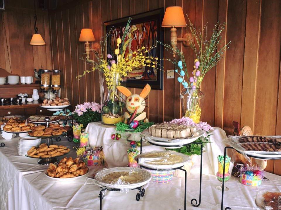 restaurant brunch du dimanche avec decoration de fruits en forme de lapin auberge des 3 canards la malbaie quebec canada ulocal produits locaux achat local produits du terroir locavore touriste