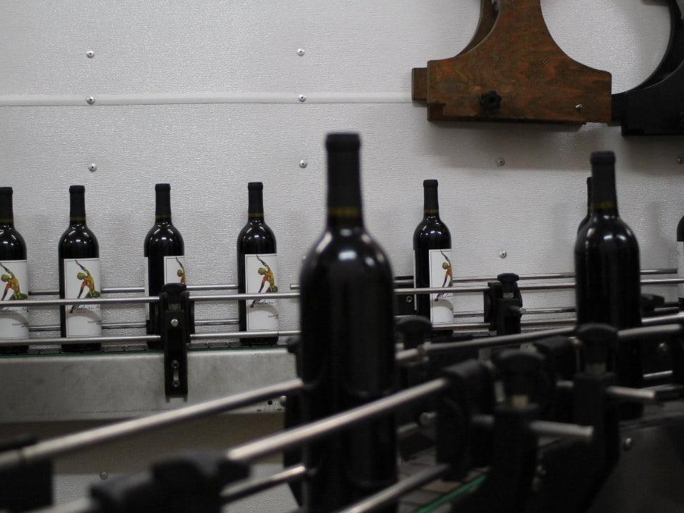 vignoble usine de fabrication du vin chaîne de remplissage des bouteilles auburn road vineyard and winery pilesgrove new jersey united states ulocal produits locaux achat local produits du terroir locavore touriste