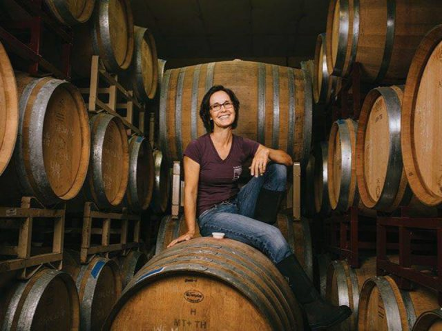 vignoble notre vigneronne julianne assise sur les tonneaux de cèdre dans la cave auburn road vineyard and winery pilesgrove new jersey united states ulocal produits locaux achat local produits du terroir locavore touriste