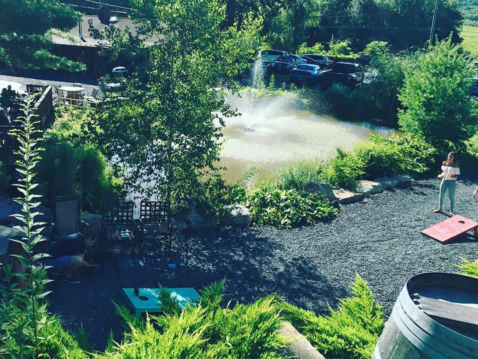 vignoble vue du domaine et d'un lac avec fontaine au milieu bashakill vineyards wurtsboro new york états unis ulocal produits locaux achat local produits du terroir locavore touriste