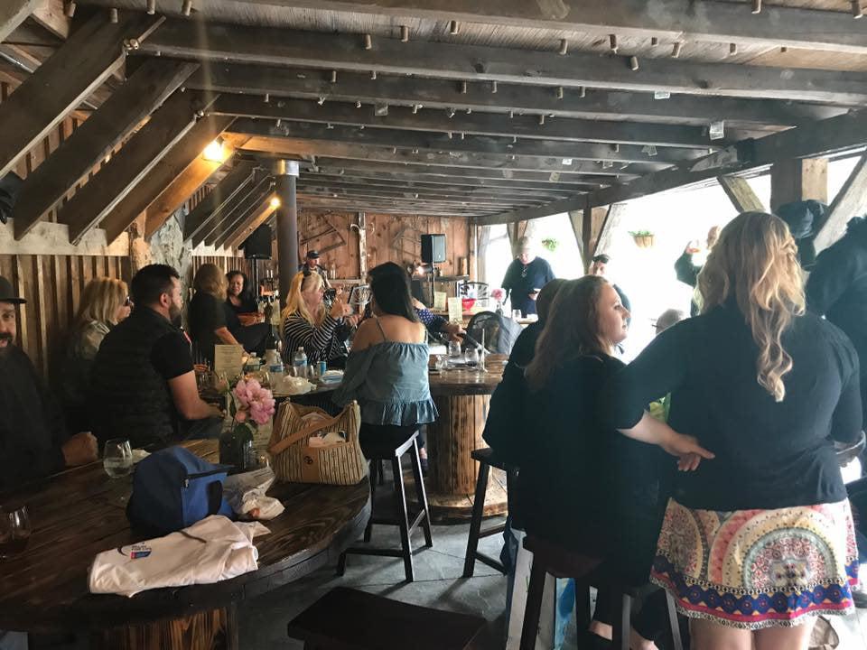 vignoble salle de dégustation avec clients bashakill vineyards wurtsboro new york états unis ulocal produits locaux achat local produits du terroir locavore touriste